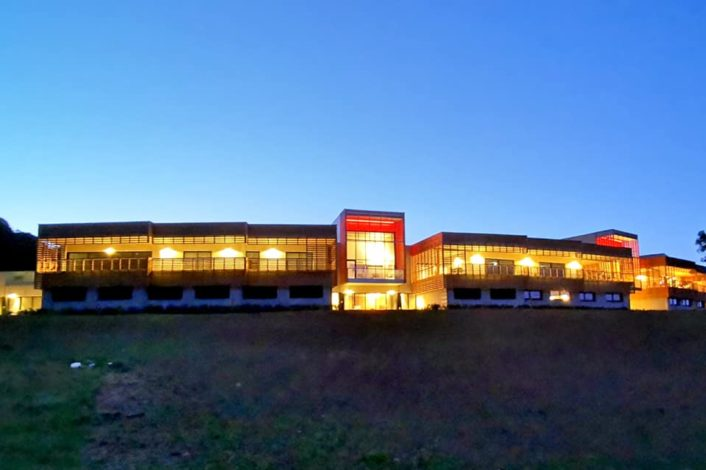 Facade hôtel nuit-min